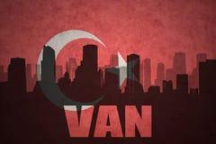 城市的抽象剪影有文本的范在葡萄酒土耳其语旗子 皇族释放例证