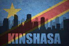 城市的抽象剪影有文本的金沙萨在葡萄酒刚果民主共和国旗子 免版税库存照片