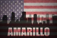 城市的抽象剪影有文本的阿马里洛在葡萄酒美国国旗 免版税图库摄影