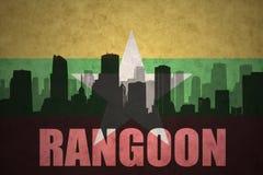 城市的抽象剪影有文本的仰光在葡萄酒缅甸旗子 皇族释放例证