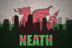 城市的抽象剪影有文本的Neath在葡萄酒威尔士旗子 图库摄影