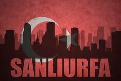 城市的抽象剪影有文本的Sanliurfa在葡萄酒土耳其语旗子 库存例证