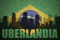 城市的抽象剪影有文本的Uberlandia在葡萄酒巴西人旗子 库存照片