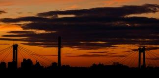 城市的日落和剪影有桥梁的柱子的 图库摄影