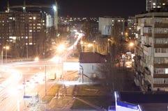 城市的明亮被点燃的街道和路 免版税库存图片