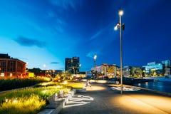 城市的江边的夜视图,被阐明 免版税库存图片