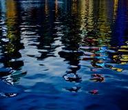 城市的河反映 库存照片