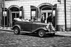 城市的游览一辆老汽车的。 免版税库存照片
