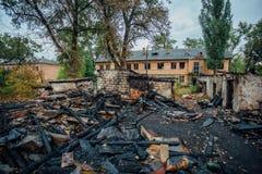城市的火区毁坏的完全地被烧的木房子 免版税图库摄影