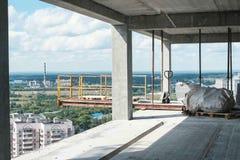 城市的看法从一个未完成的多层的大厦的 库存图片