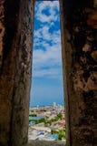 城市的看法从圣费利佩在俯视西班牙殖民地城市的小山的De巴拉哈斯历史的城堡的  免版税库存图片