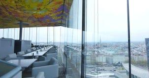 城市的看法通过在咖啡馆的玻璃墙 免版税图库摄影
