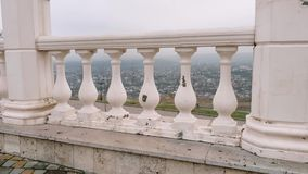 城市的看法通过楼梯栏杆的专栏 秋天天空 影视素材