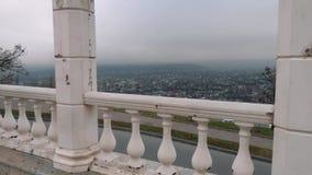 城市的看法通过楼梯栏杆的专栏 秋天天空 股票视频