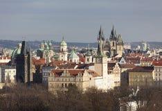 城市的看法从小山Petrin的 布拉格 cesky捷克krumlov中世纪老共和国城镇视图 图库摄影