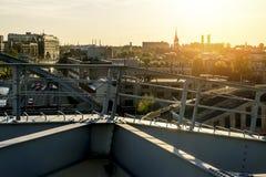 城市的看法从路轨的高度的 免版税库存照片