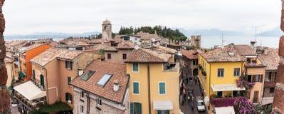 城市的看法从Castello Scaligero墙壁的在西尔苗内 免版税图库摄影