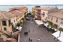 城市的看法从Castello Scaligero墙壁的在西尔苗内 库存图片