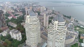 城市的空中射击由河的 股票视频