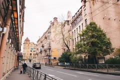 城市的空的街道在秋天 库存照片