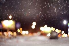 城市的纹理点燃第一雪 库存照片