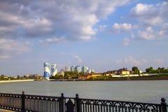城市的美丽的景色有河的从码头 图库摄影