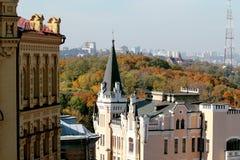 城市的美丽的景色 树和建筑学 在Podol,基辅 乌克兰 库存图片