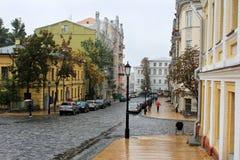 城市的老区在雨中 库存照片