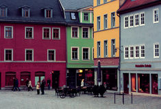 城市的老部分有色的房子和咖啡馆的 威玛,德国- 20 12 2015年 库存图片