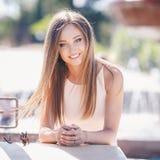 城市的背景的美丽的女孩 免版税图库摄影