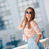 城市的背景的美丽的女孩 库存照片
