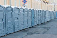 城市的街道在挂锁公共厕所关闭了 库存照片