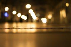 城市的迷离光反射夜背景的 库存照片