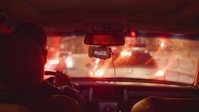 城市看法通过从汽车的肮脏的挡风玻璃在堵车 股票视频