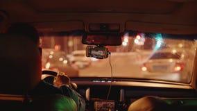 城市看法通过从汽车的肮脏的挡风玻璃在堵车 影视素材