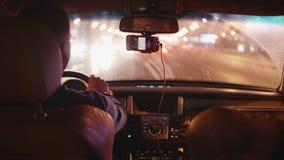 城市看法通过从汽车的肮脏的挡风玻璃在堵车 股票录像