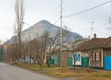 城市矿水城,反对山蛇的街道 免版税图库摄影