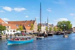 城市码头和Galgewater运河在莱顿,荷兰 免版税库存图片