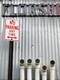 城市禁止停车用管道输送符号v 图库摄影