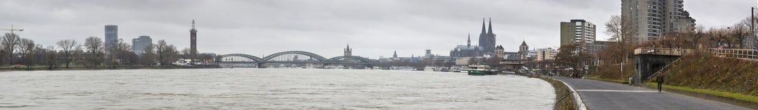 城市科隆-河莱茵河和有科隆大教堂的Hohenzollern桥梁的全景 免版税图库摄影