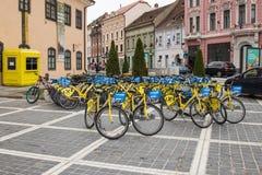 城市租在委员会市场正方形骑自行车在老镇布拉索夫在罗马尼亚 库存图片