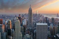 城市纽约 与有启发性Empir的曼哈顿街市地平线 库存照片