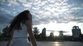 城市背景的妇女  股票录像