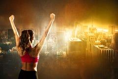 城市背景的运动妇女 免版税库存照片