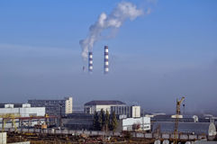 城市能量和温暖的力量工厂烟的 免版税库存照片