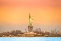 城市自由newyork雕象日落 新的美国约克 免版税库存照片