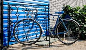 城市自行车修理了齿轮和蓝色墙壁,葡萄酒 库存照片
