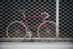 城市自行车和车库门,葡萄酒样式 免版税库存图片