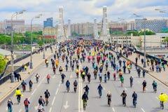 城市自行车节日 许多都市循环的马拉松 青年时期,与儿童乘驾自行车的家庭 概念的现代 免版税库存照片