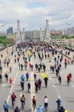 城市自行车节日 许多都市循环的马拉松 骑自行车者去桥梁,回到我们 现代生活方式的概念 免版税库存照片